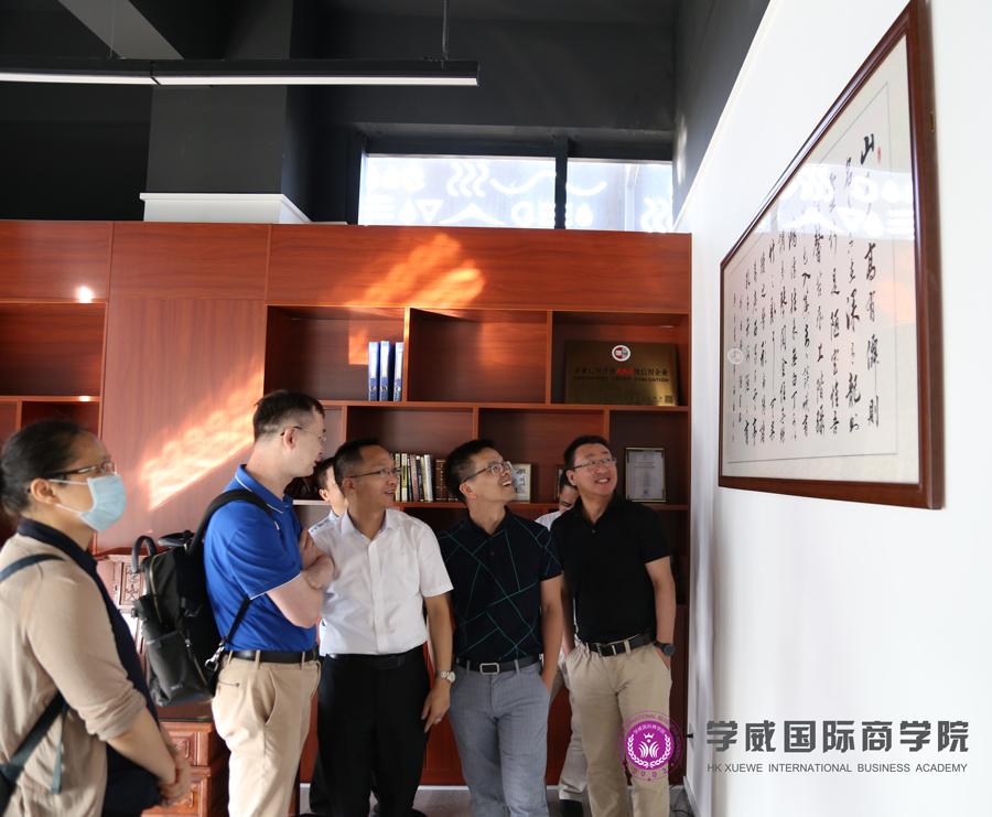 参观中以商学院合伙创始人张国胜办公室